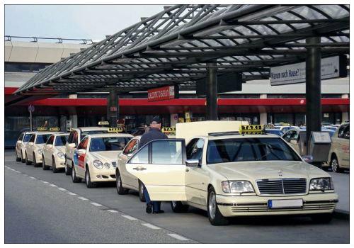 Машины у аэропорта.