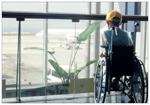 Ребенок в инвалидной коляске.