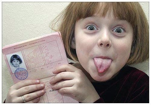 Ребенок с загранпаспортом.