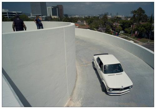 Машина выезжает с парковки.