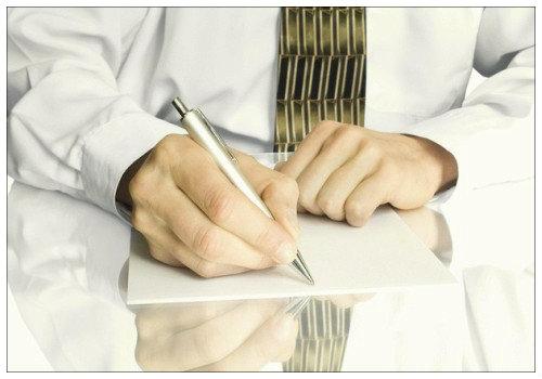 Мужчина пишет.