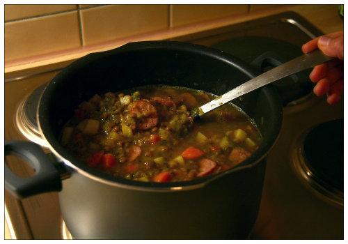 Кастрюля с супом.