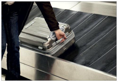 Человек берет чемодан.