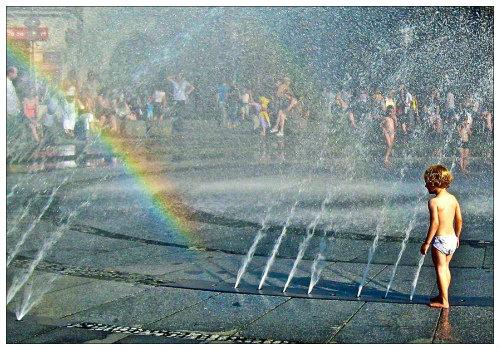 Ребенок у фонтана.