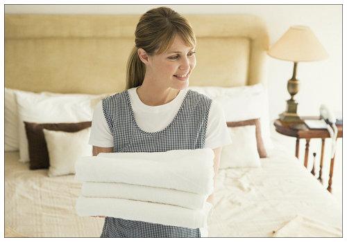 Горничная с полотенцами.