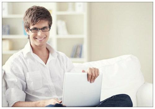 Молодой человек в ноутбуком.