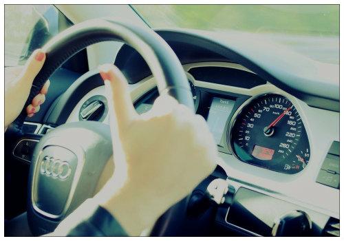 Девушка едет на машине.