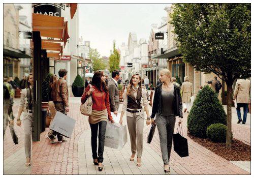 Девушки ходят по магазинам.