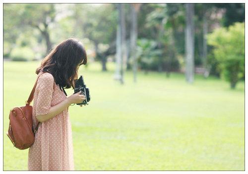 Девушка с фотоаппарататом.