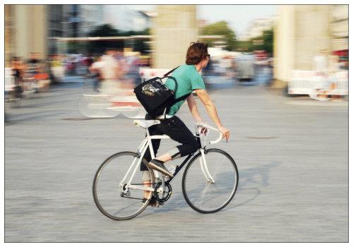 Мужчина на велосипеде.