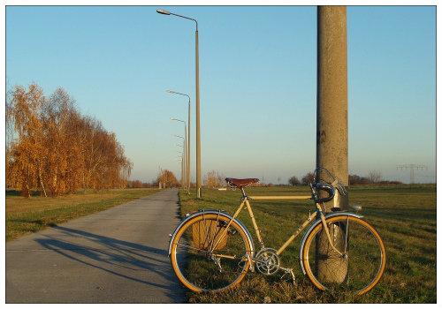 Велосипед у столба.