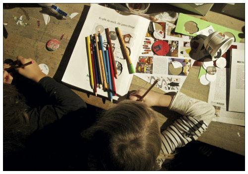 Девочки рисуют.