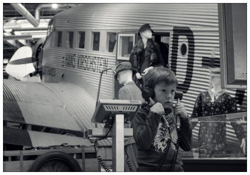 Мальчик с телефоном.