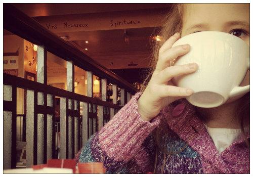 Девочка пьет какао.