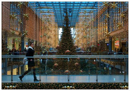 Украшенный к Рождеству торговый центр