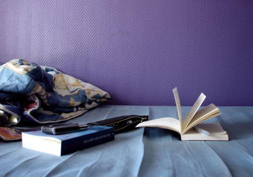 Книга на кровати.