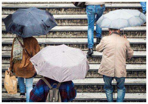 Люди с зонтиками.