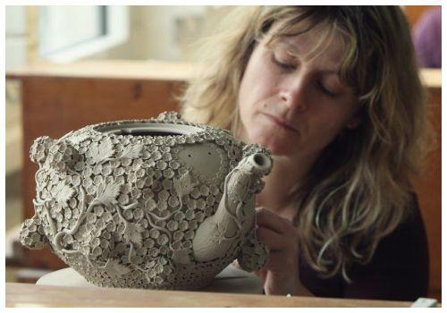Девушка с чайником.