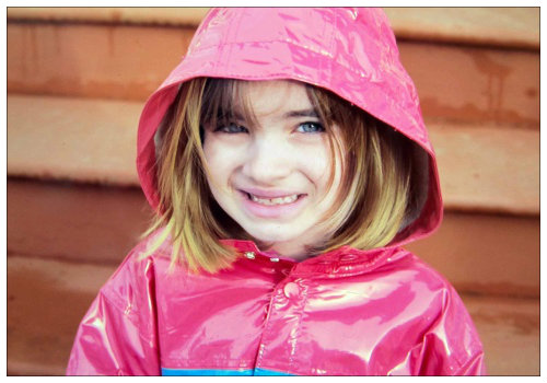 Девочка в дождевике.