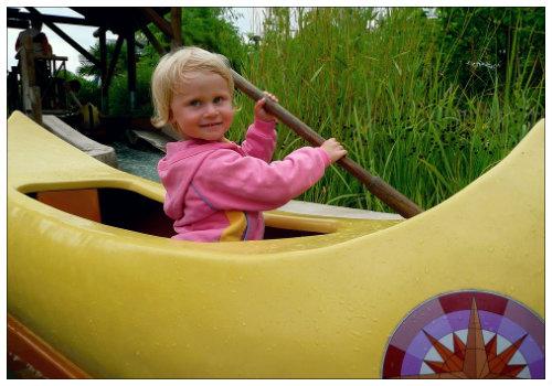 Девочка в каноэ.