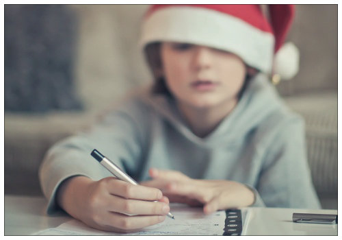 Мальчик пишет письмо.