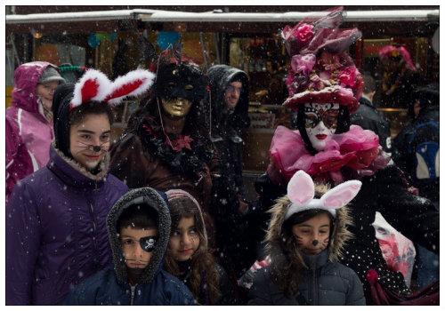 Дети в карнавальных костюмах.