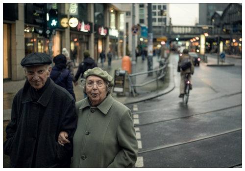 Пара пожилых людей.