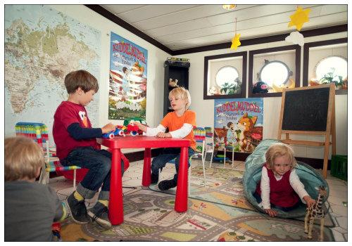 Дети в игровой комнате