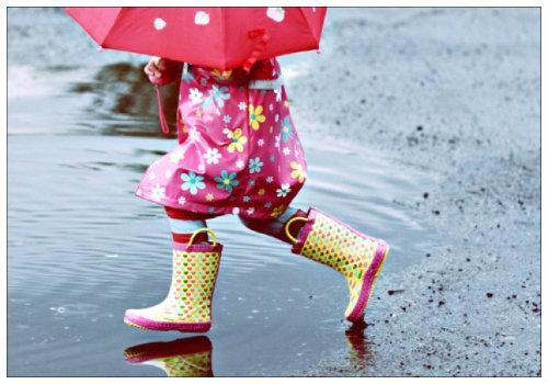 Девочка в плаще и с зонтиком