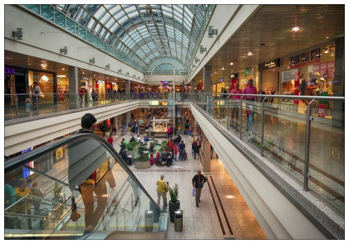 На эскалаторе в торговом центре