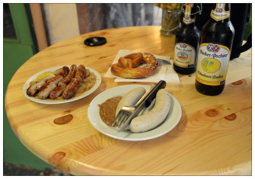 Сосиски и пиво в кафе