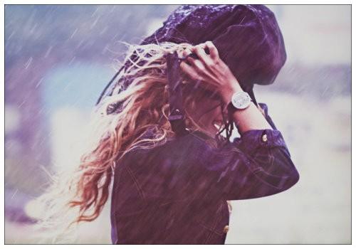 Девушка с сумкой над головой
