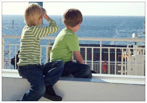 Два мальчика смотрят на море