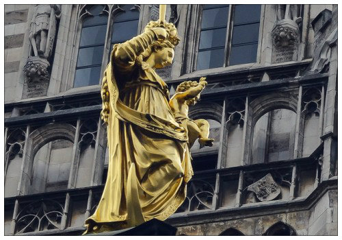 Статуя Марии на колонне