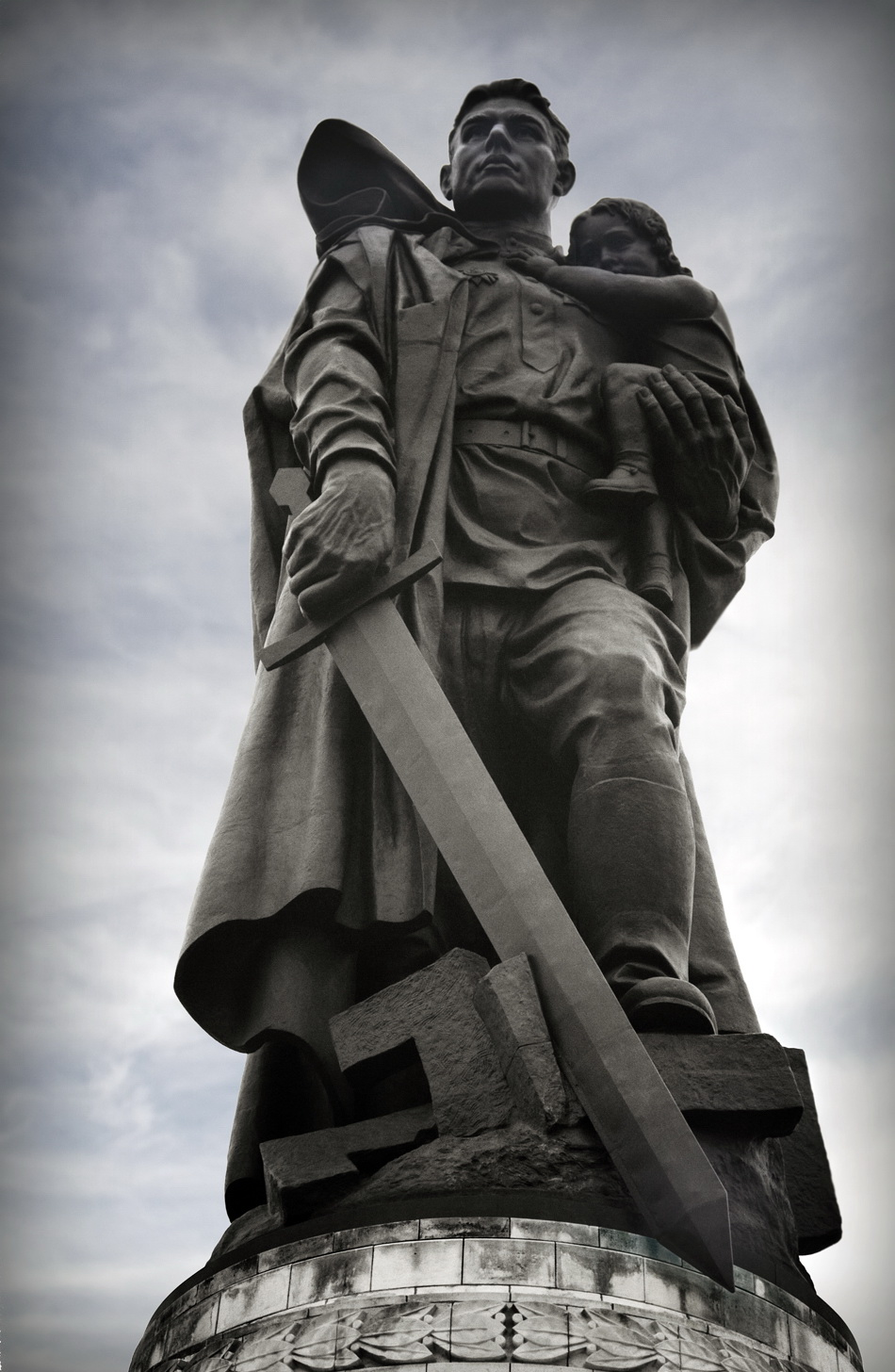 Памятник советскому солдату с девочкой на руках. Трептов-парк. Берлин.