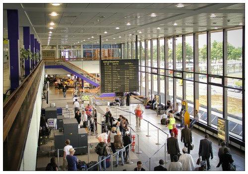 В здание аэропорта