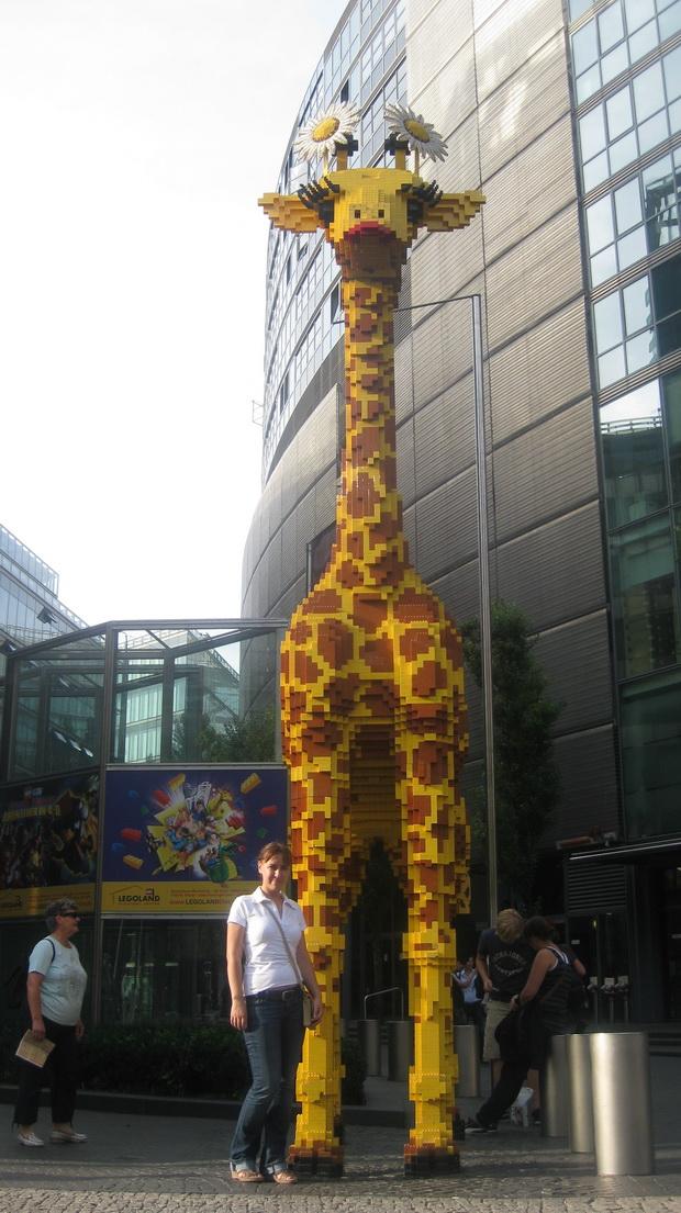 Огромный жираф из конструктора около магазина Лего.