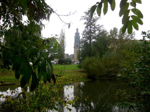 По ту сторону реки исторический центр города и башня Ратуши.
