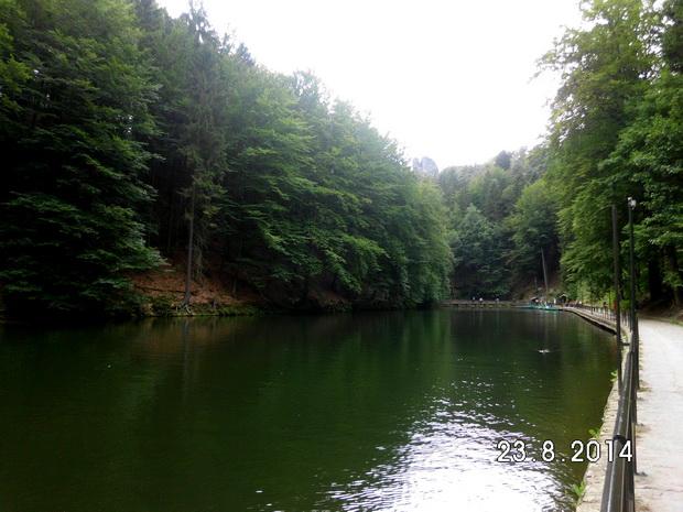 Озеро Amselsee в Саксонской Швейцарии в Германии.