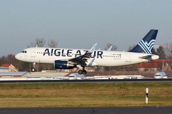 Самолёт Aigle Azur на взлёте.